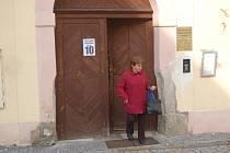 Před druhou hodinou čekalo na vstup do volebního okrsku 10 v domažlické Městské knihovně Boženy Němcové asi 20 lidí.