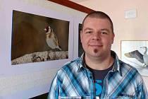 LUKÁŠ KAZDA při vernisáži výstavy v domažlickém penzionu. Tam kromě snímků hmyzu vystavil například i foto stehlíka.