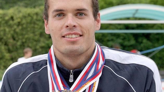 POŘÁDNÝ ÚLOVEK. Po příjezdu domů se nám Martin Verner pochlubil se získanýmí sedmi zlatými medailemi, které získal na nedávném MČR v plavání.