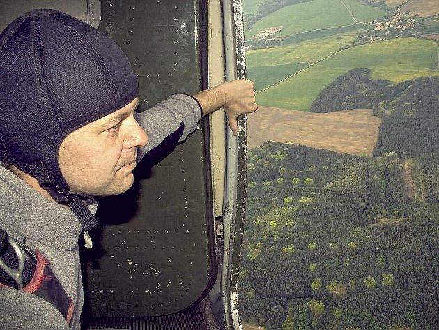 Jan Bečka se připravuje na výskok z výšky devíti set metrů nad staňkovským letištěm. Přiznává, že při závodech mívá před prvním seskokem stále mírné pocity nervozity a trémy.