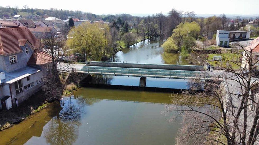 Most přes řeku Radbuzu vedoucí do centra Horšovského Týna technici rozřežou a odvezou. Na jeho místě postaví nový.