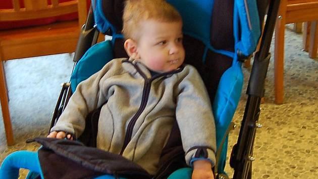 Devatenáctiměsíční Zdenda  má díky speciálně upravenému kočárku kontakt z okolním světem.