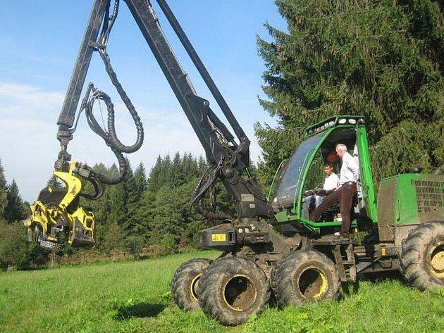 Žáci z Domažlicka zhlédli práci přímo v lese.