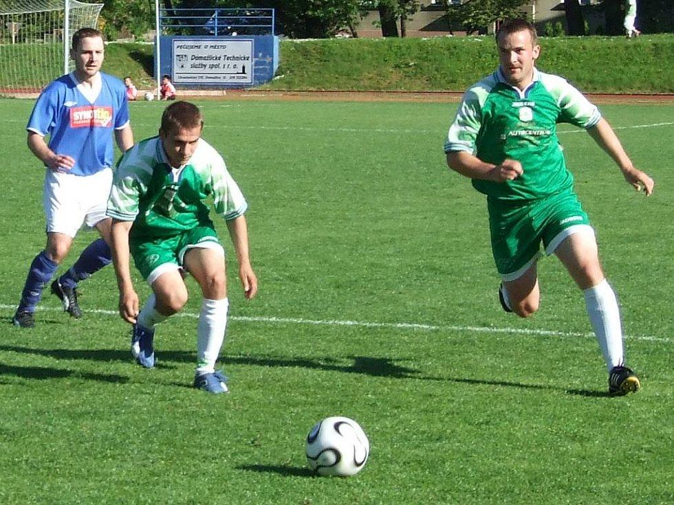 Domažličtí fotbalisté (v zeleném Mifek a Rejthar) v sobotu jen remizovali, přesto se opět přiblížili divizi.