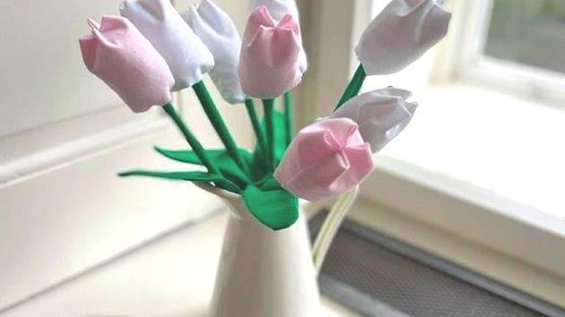Látkové tulipány. Ilustrační foto.