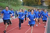 MRÁKOVSKÝ DEN PROTI OBEZITĚ. Na snímku žáci mrákovské základní školy po startu 800 metrové trati.