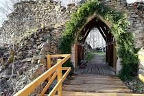 Most do areálu zříceniny hradu.