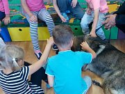 Dětem se policejní návštěva velice líbila. Den si užily a cvičeného psa si velice rádi pohladily.