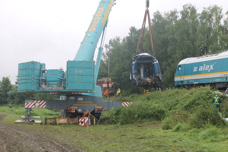 Odstraňování následků střetu dvou osobních vlaků u Milavčí na Domažlicku.