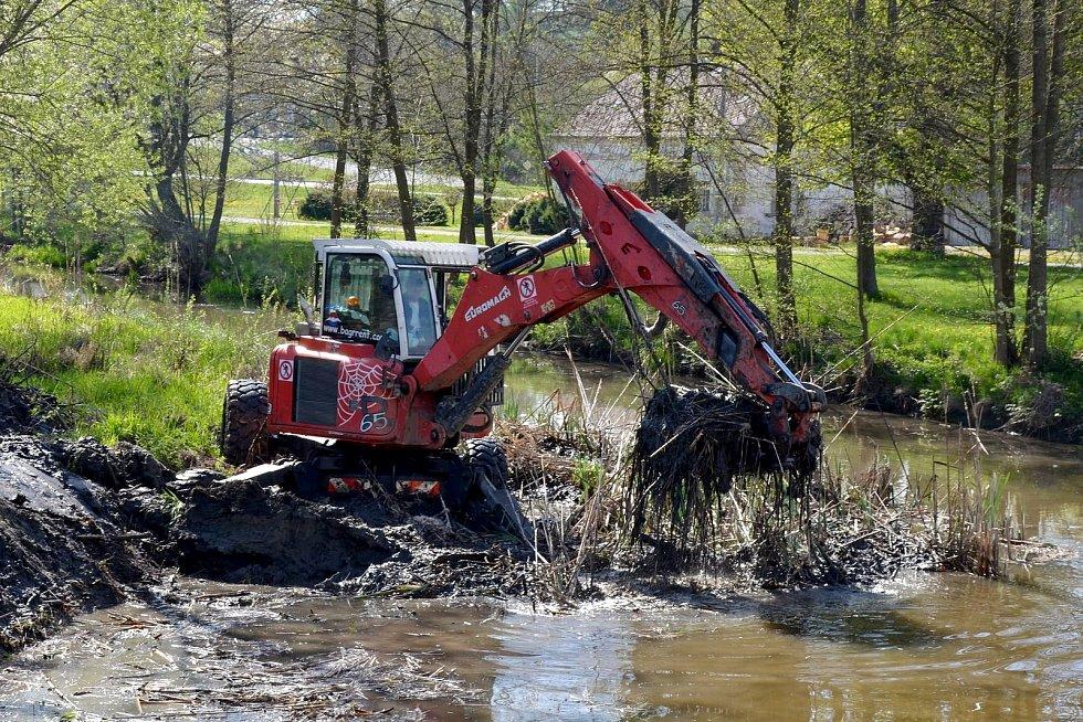 Kráčivý bagr v těchto dnech čistí koryto řeky v Bělé nad Radbuzou.