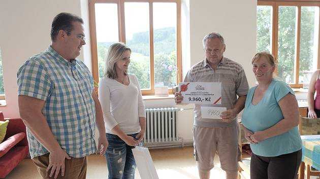 Miloslav Šlegl s manželkou Pavlínou (vpravo) převzali finanční dar a poukaz od Petra Chudého  (vlevo).