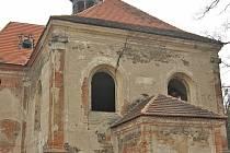 Kostel sv. Barbory je úplně očesaný.