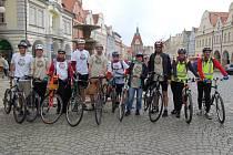 Desetičlenná skupina cyklistů z americké ambasády.