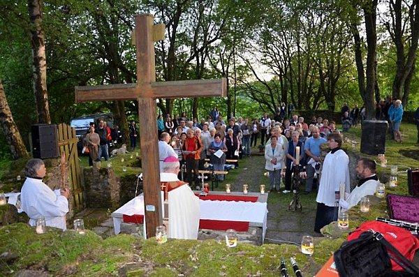 SVATOJÁNSKÁ NOC NA PLEŠI. Také vloni sloužil mši vmístech, kde kdysi sál kostela sv. Jana Křtitele, plzeňský biskup Mons. František Radkovský.