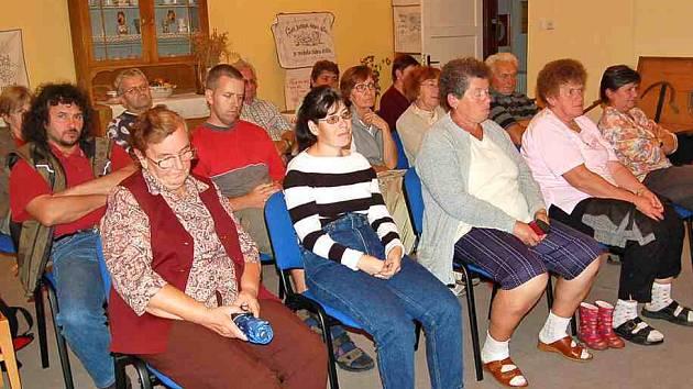 Zájem o dění ve své obci vyjádřily svou přítomností téměř dvě desítky občanů.