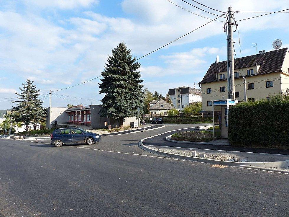 V Klenčí otevřeli opravenou část silnice, další uzavřeli.