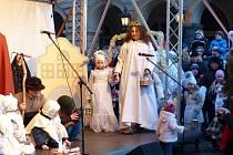 Živý betlém v Domažlicích a mše pro rodiny s dětmi.