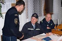 Bohumil Faul (uprostřed), nejstarší velitel hasičů v okrese při rozdílení úkolu na velitelském dni v září 2008.