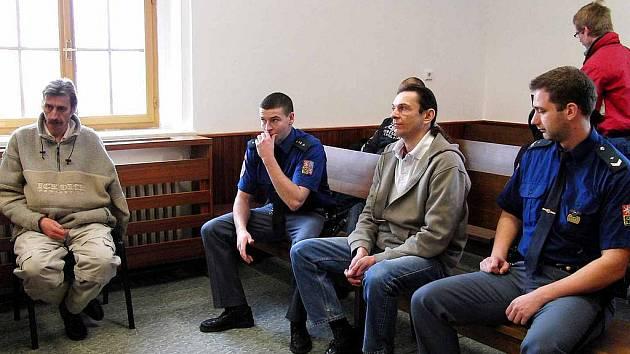 ZE SOUDNÍHO JEDNÁNÍ. Eskorta na něj přivezla z vazební věznice Josefa Lišku, vlevo pod oknem seděl Vojtěch Procházka.