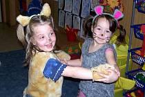 Z masopustu v tlumačovské mateřince. Sestřenice Julinka a Nelinka Ticháčkovy se převlékly za kočičku a myšku.