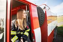 Jana Schambergerová za volantem hasičské tatry.