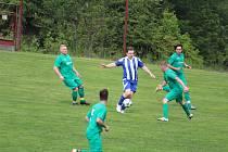 Petr Strnad z Hraničáře Česká Kubice (v modrém) se pustil s míčem mezi čtyři protihráče ze Sokola Srby.