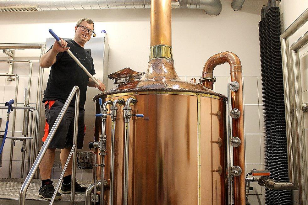 Sládek Městského pivovaru Domažlice David Bierhanzl čistí varnu.