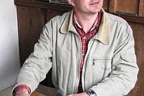 Josef Nejdl svoji knihu zájemcům podepisoval.