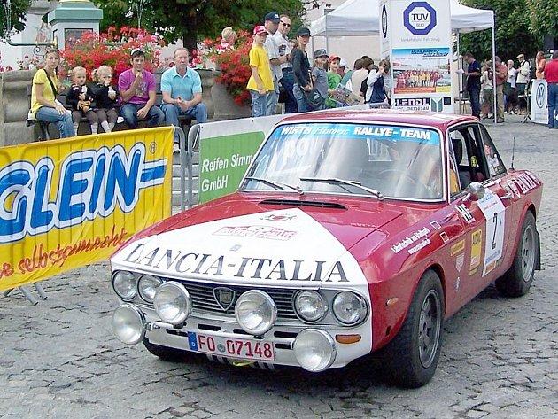 LEGENDÁRNÍ VOZY. Také letos pojede několik soutěžících s Lanciemi Fulvia HF, automobily se slavnou sportovní minulostí. S vozem tohoto typu se proslulý italský jezdec Sandro Munari zúčastnil v roce 1973 klatovské Rallye Vltava, jež byla tehdy součástí evr