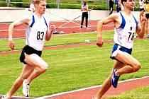 JEŠTĚ KOLEČKO. Pavel Procházka (vlevo) a Josef Kozina pravidelně obsazují přední příčky v běhu na 800 m. Tentokrát rychlejší Pavel Procházka zvládl trať za 1:59, 28.