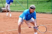 VLADIMÍR BERÁNEK (vpředu) se ve špičce tenistů na Domažlicku neztratí. Jeho druhé místo ve čtyřhrách (spolu se Zdeňkem Flieglem) je toho důkazem.