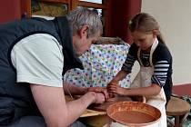 U HRNČÍŘSKÉHO KRUHU. Práci s ním si vyzkoušela za pomoci keramika Pavla Ticháčka i Verunka Zelenková z Domažlic.