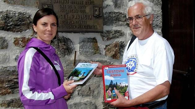 PETR MATĚJKA. 22. srpnový den očekával na vrcholu Čerchova stotisícího návštěvníka od otevření Kurzovy věže v létě 2000, jímž nakonec byla Marcela Boubelová ze Staňkova.