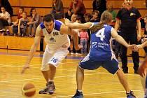 ZNOVU VEN.  Mladá Boleslav a Kbely, to jsou víkendoví soupeři basketbalistů Domažlic, kteří po čtyřech porážkách nutně potřebují vyhrát. Pomoci jim má i Jan Blacký (č. 16).