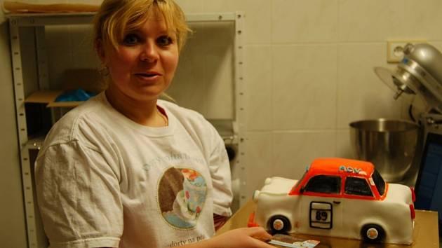 Cukrářka Iveta Johánková s dortem ve tvaru trabanta.