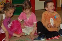 Předškoláci z MŠ v domažlické Benešově ulici se učí německá slovíčka hrou.
