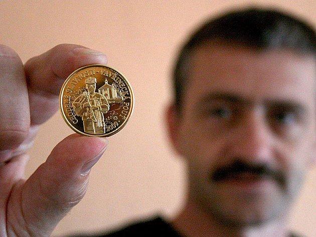 Stanislav Antoš ukazuje pamětní minci, která upomíná na letošní pouť v Domažlicích.