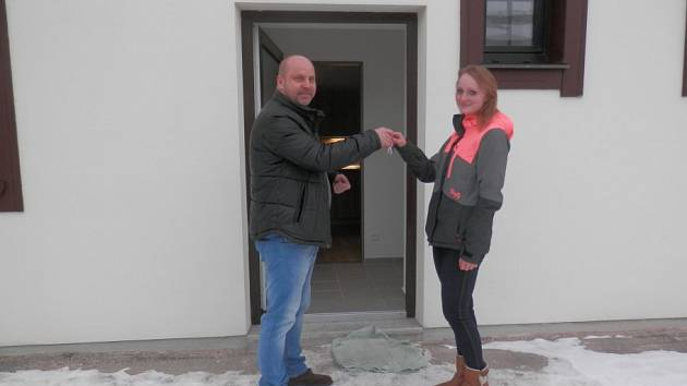 KATEŘINA SYSLOVÁ si přebírá klíče od nového bytu.