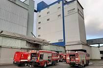 Požár lisu v průmyslové zóně.