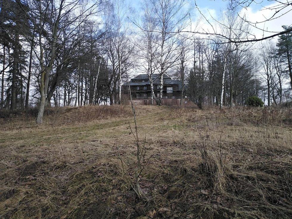 Pohled na zotavovnu z cesty od Zelenovských rybníků.