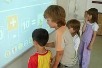 Interaktivní tabuli, kterou škola vlastní od minulého roku, si oblíbili žáci i učitelé. Do pěti let by měla býtv každé třídě. Nejprve ale přijde na řadu nová učebna informatiky.
