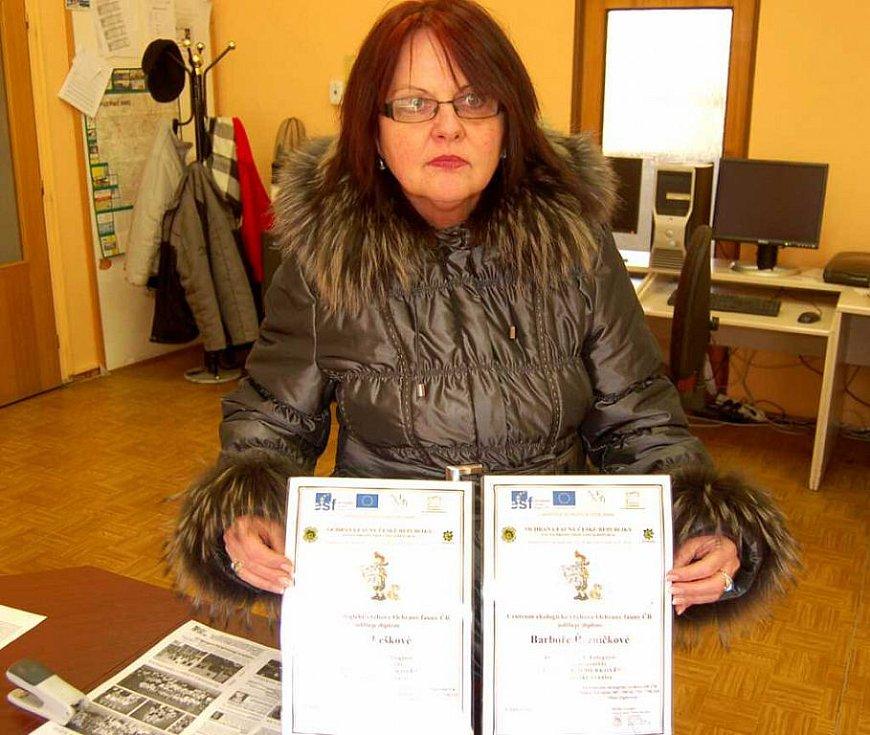 Učitelka ZŠ Blížejov Blažena Konfrštová s diplomy vítězek.