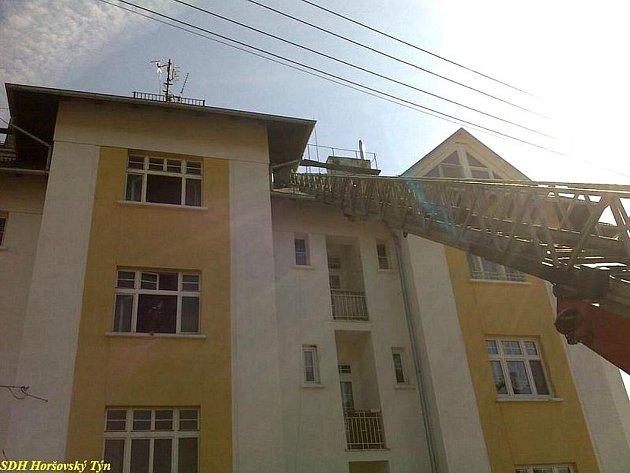 Dvakrát v rozmezí 14 hodin hořelo v bytovém domě v ulici B. Němcové v Horšovském Týně. Poprvé saze v komíně, podruhé trámy.