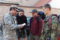 PŘED CESTOU. Amar Ibrahim z Domažlic, který Dutsche a partu doprovází, předává instrukce Milanovi a páru z Plzeňska.