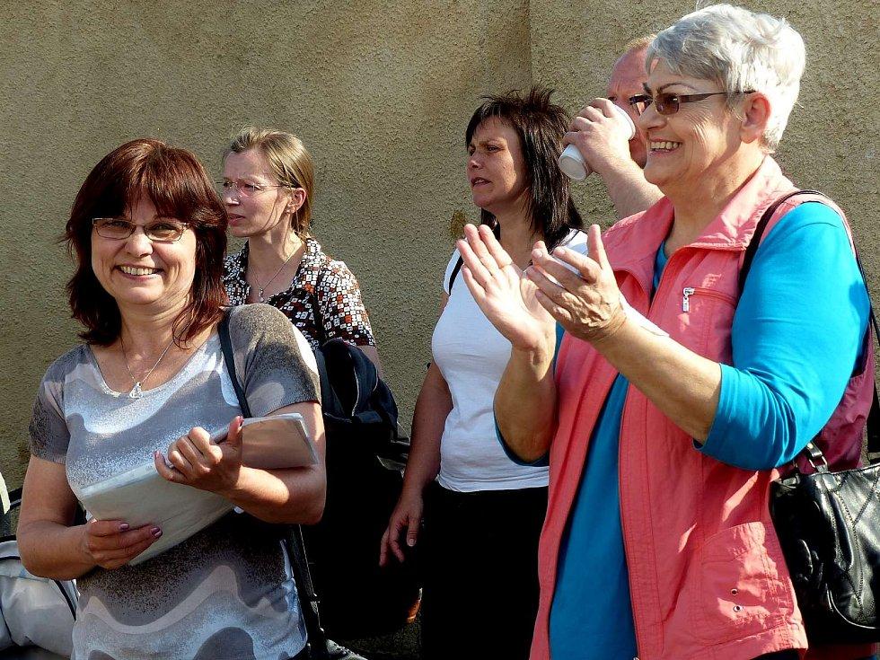 Lenku Jopkovou (v popředí zleva) a Janku Golwitzer jsme takto zastihli při oslavě osvobození v Hostouni.