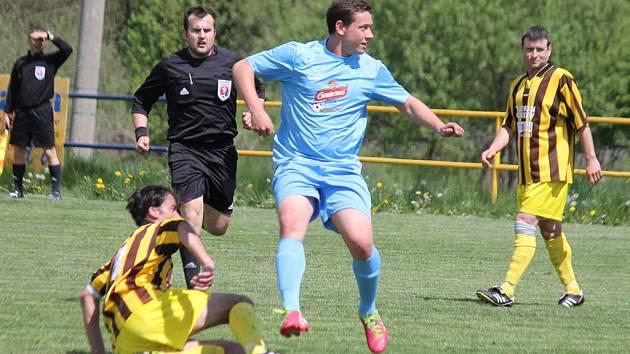 Fotbalisté Tatranu Chodov A (v pruhovaných dresech) porazili ve šlágru 20. kola okresního přeboru FK Holýšov B.