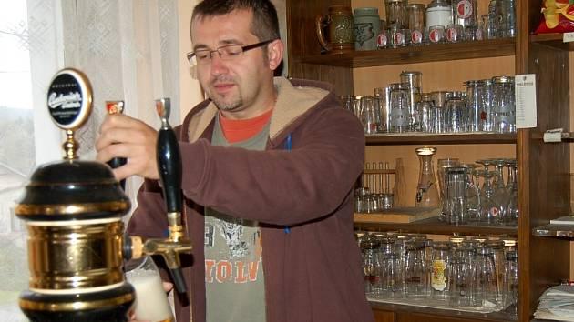 Starosta Pařezova Václav Faina si čepuje pivo sám, stejně jako všichni zákazníci místní hospody, která k provozu nepotřebuje hostinského, jen ochotné návštěvníky
