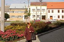 Centrum obce zkrášlila kromě nových chodníků a komunikací také výsadba podzimní zeleně