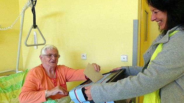 Z lůžka v Domažlické nemocnici volila 77letá Dáša Jiránková.