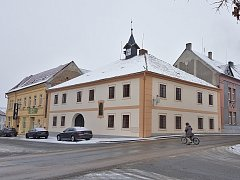 Nová fasáda staré radnice ve Staňkově.